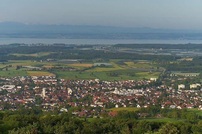 Blick auf Markdorf und den Bodensee im Hintergrund. Markdorf ist eine Kleinstadt in Baden-Württemberg am Fuß des 754 m ü. NN hohen Gehrenbergs.